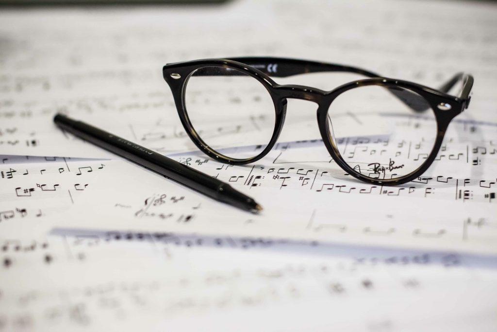 ペンと眼鏡と楽譜